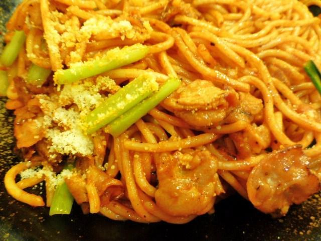 ナポリタンの具材は、ベーコン、小松菜