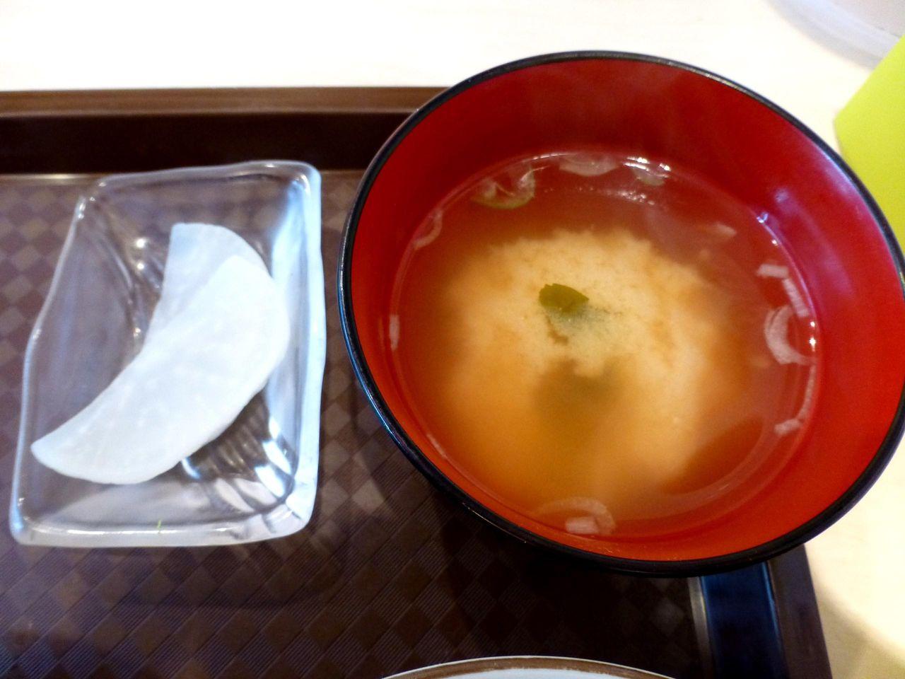 ザンギ・デカ盛り丼には、みそ汁と漬物も付いてます!