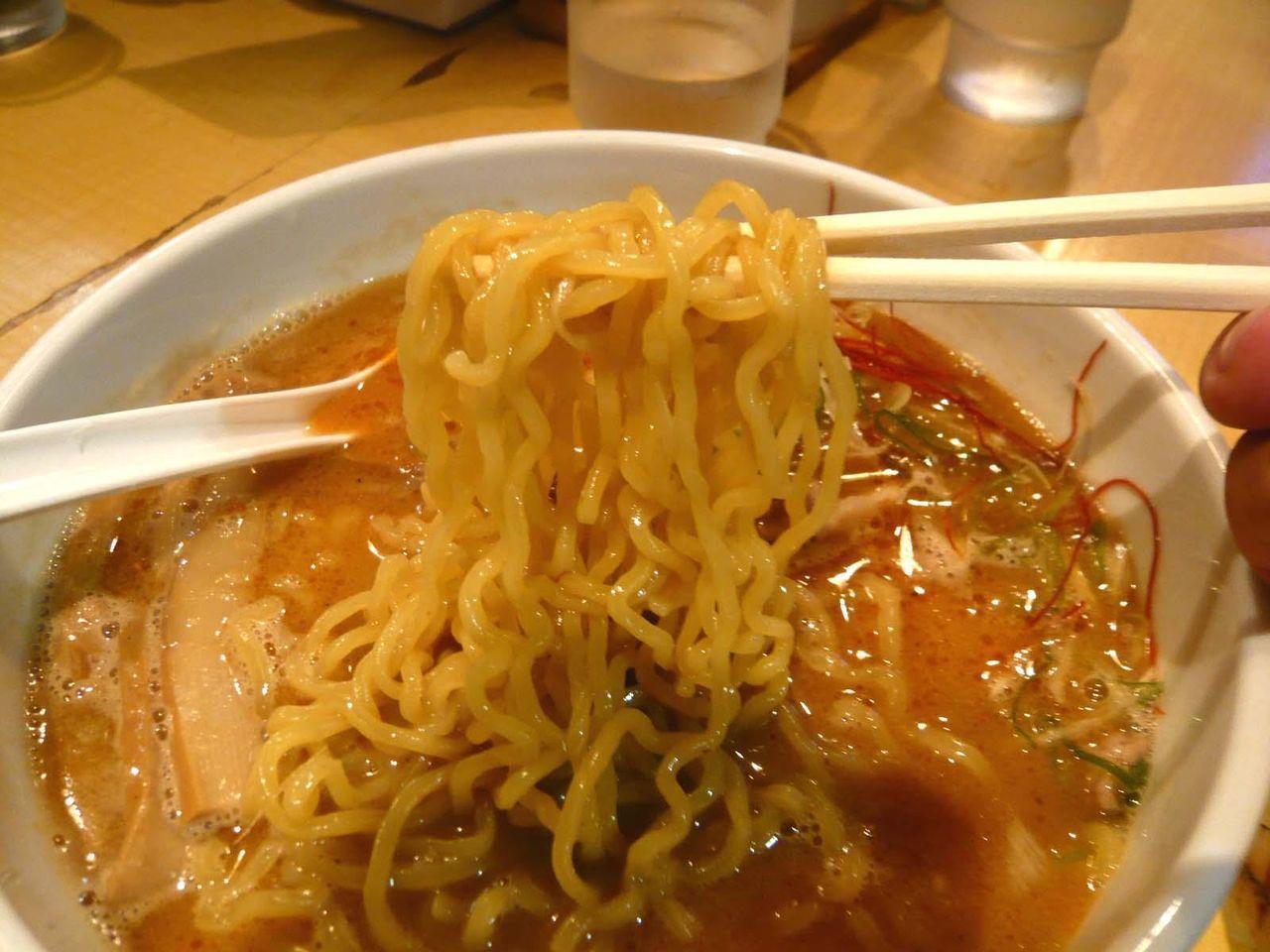 いかにも札幌という感じのウェーブ強めの中細麺