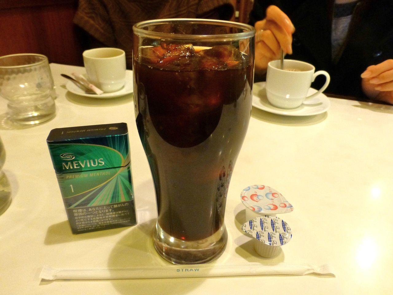 アイスコーヒーも高さ17センチのデカグラスで登場!
