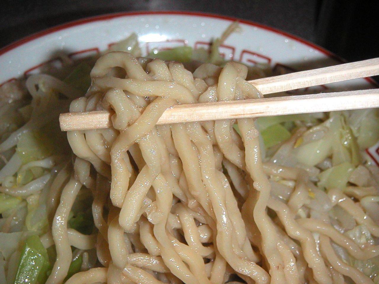 茶色く縮れた極太麺