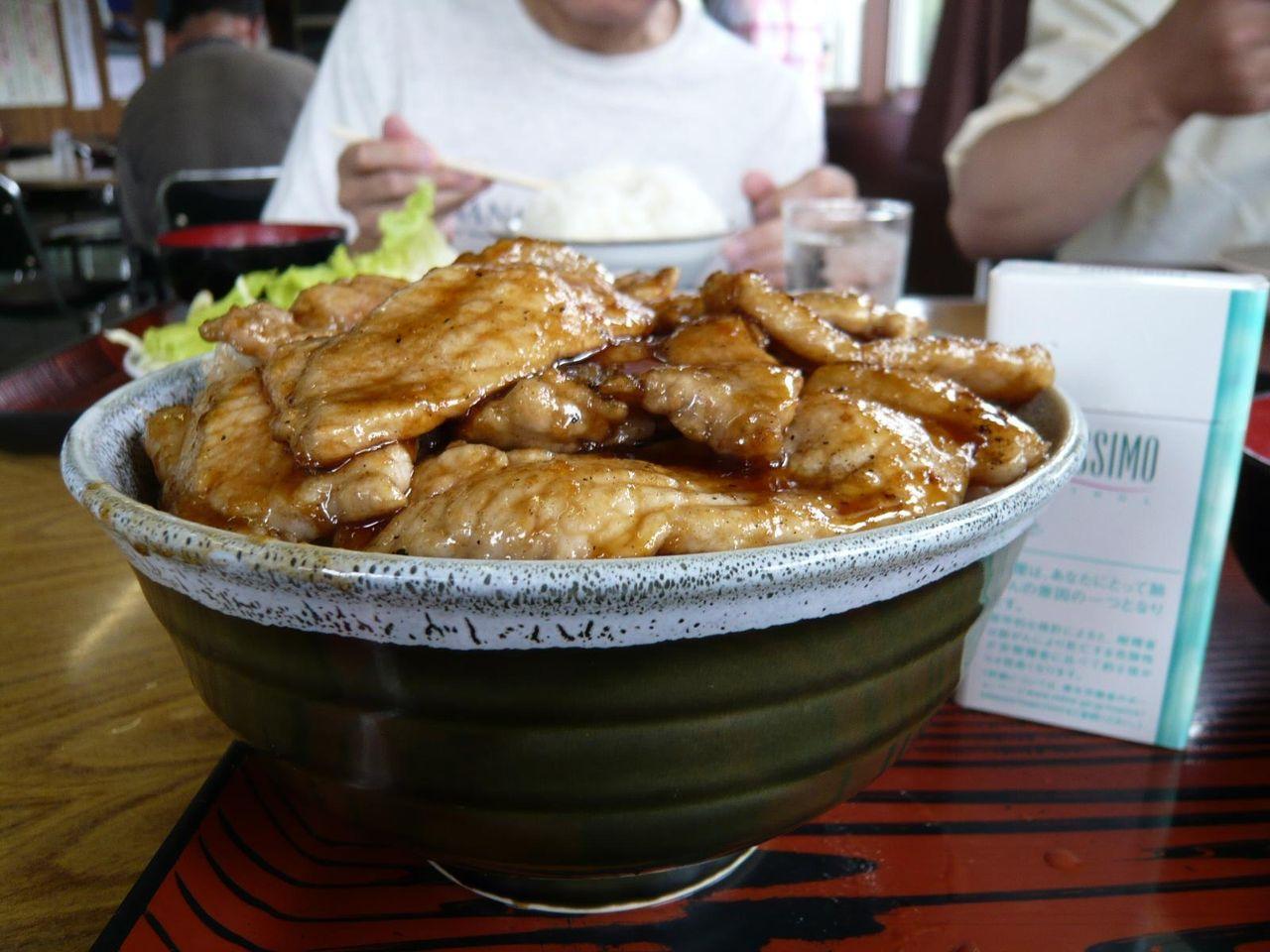 焼肉丼大盛は、直径17センチの丼にライスと焼肉がタップリ!