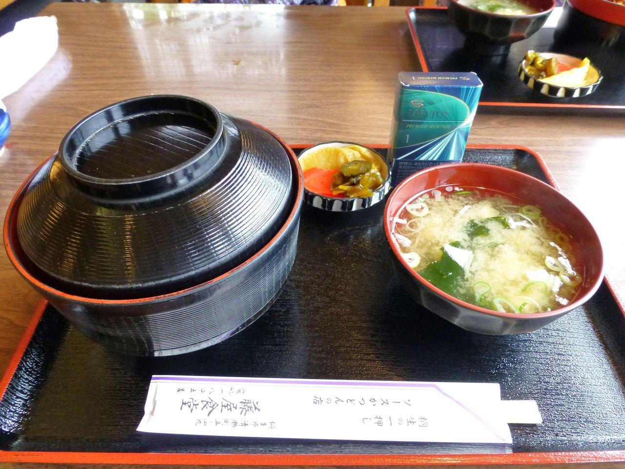 ソースカツ丼(上ヒレ)大盛は、丼にフタをして登場!