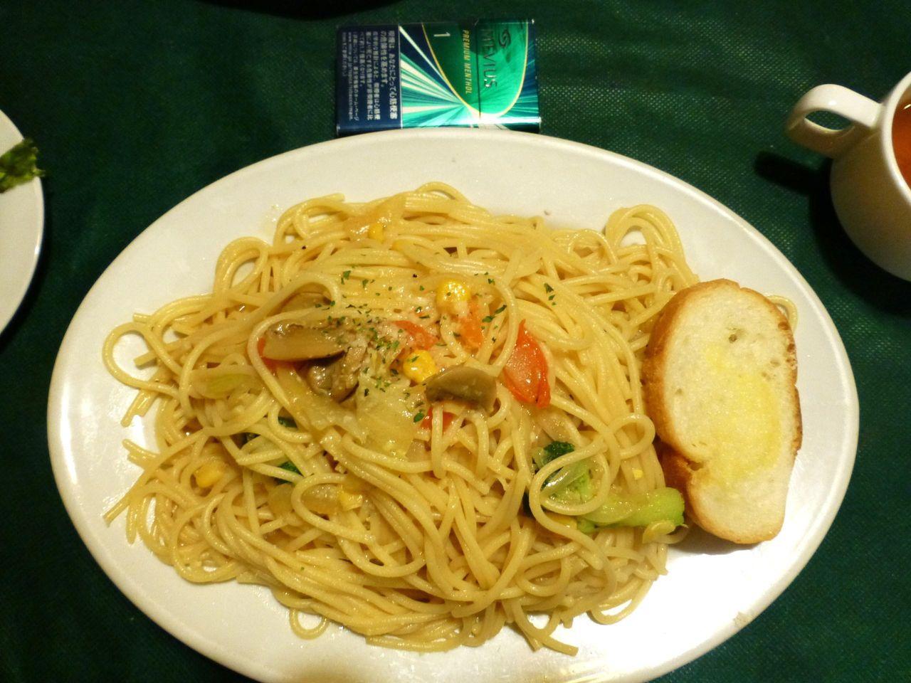 季節野菜のペペロンチーノ大盛は、直径31センチのデカ皿を使用!