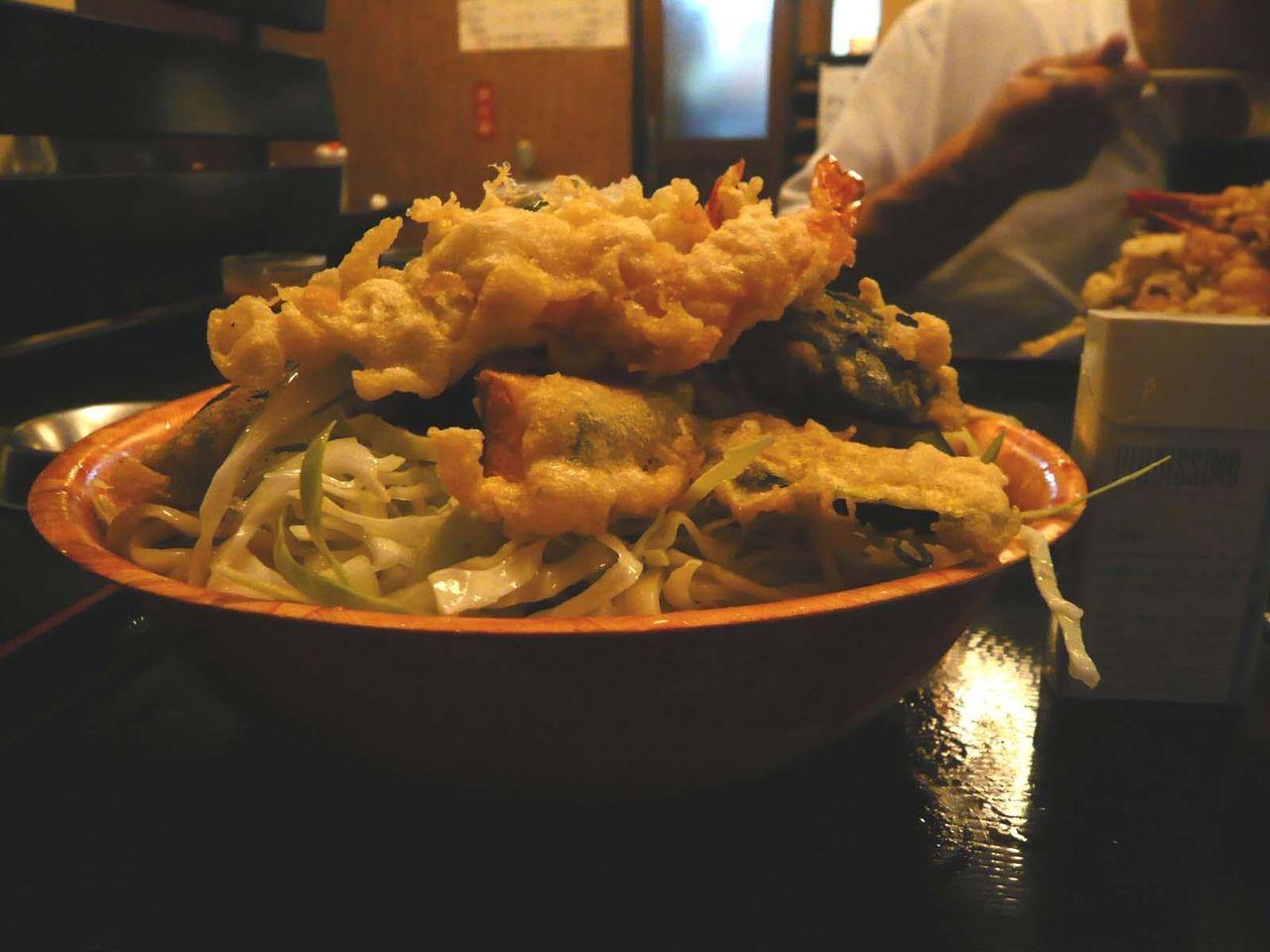 大量のうどんと天ぷらがテンコ盛りで、凄まじいボリューム!
