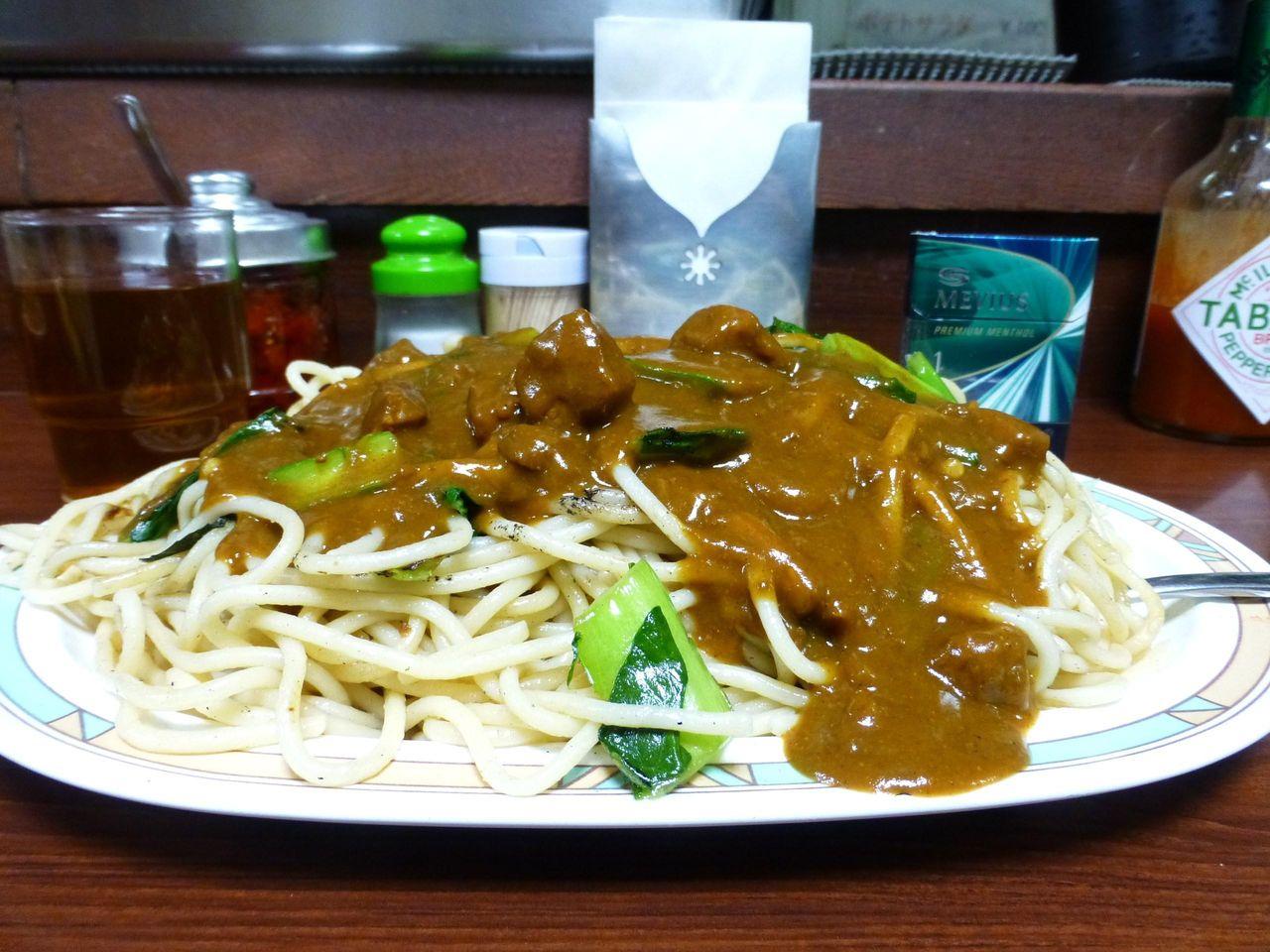 炒めたスパゲッティの上から、カレーの源泉かけ流し!