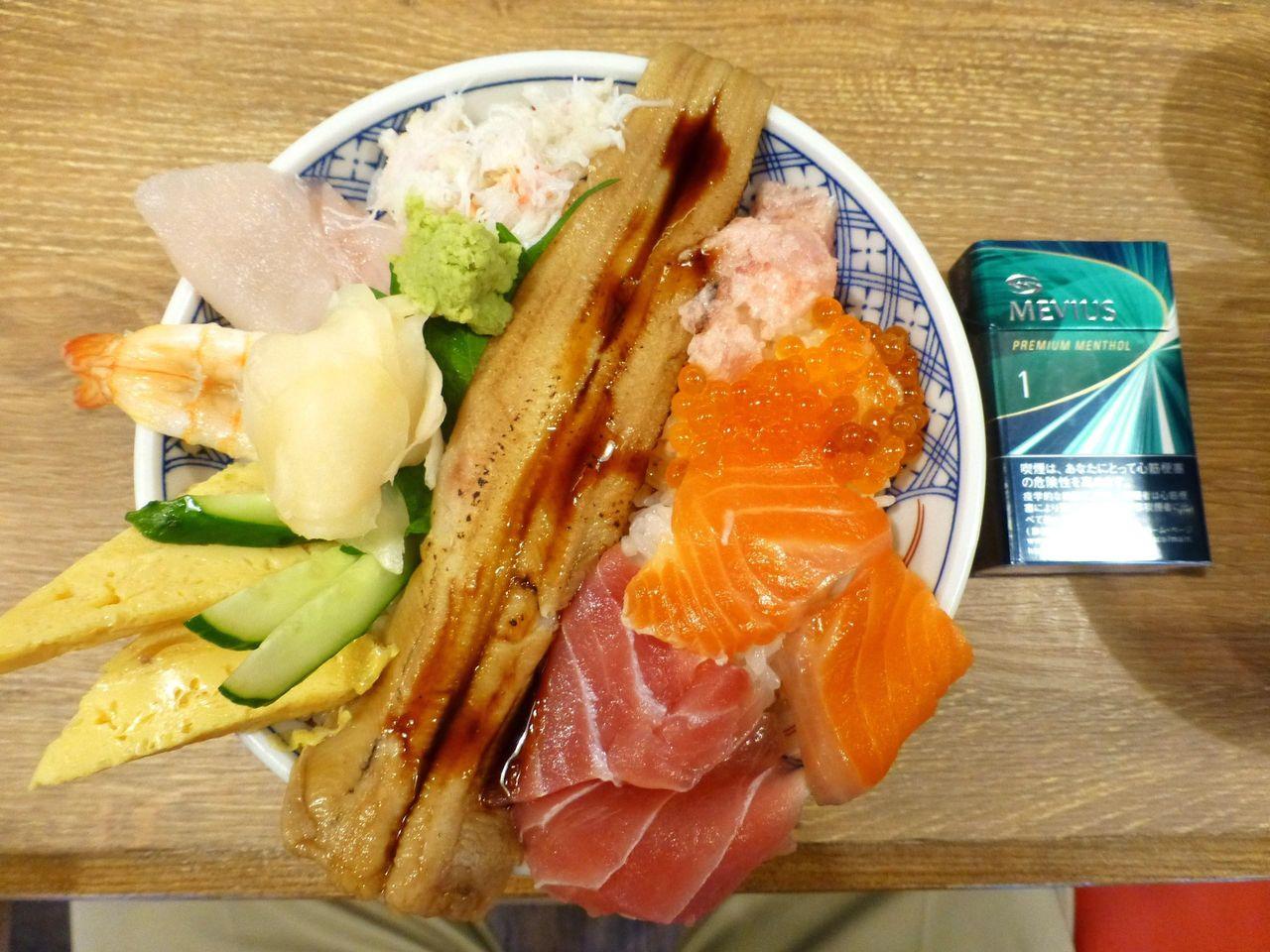 海鮮こぼれ丼大盛は、直径16センチの小さめの丼を使用!