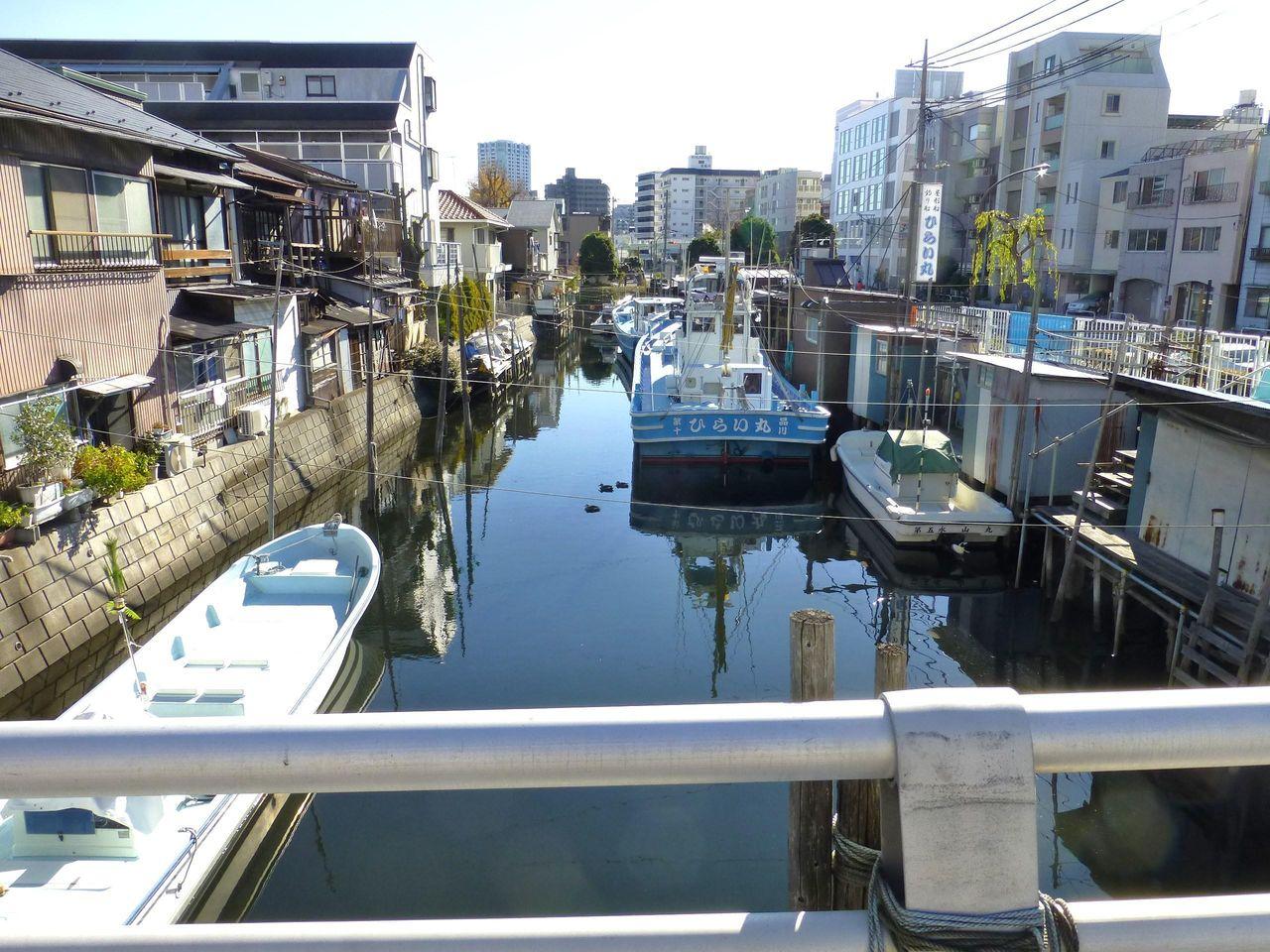 運河には釣舟が並び、下町の情緒を感じます!