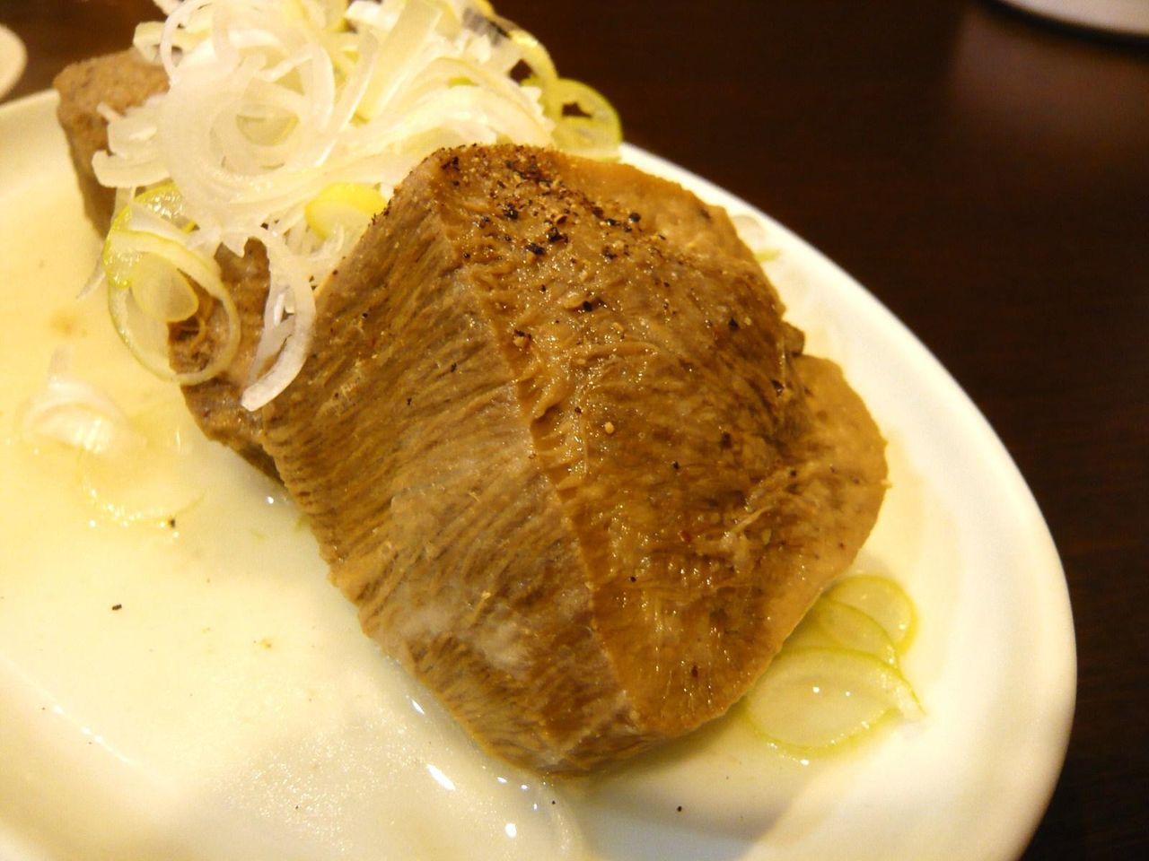 やわらかく煮込まれてコンビーフのような、ゆでタン950円