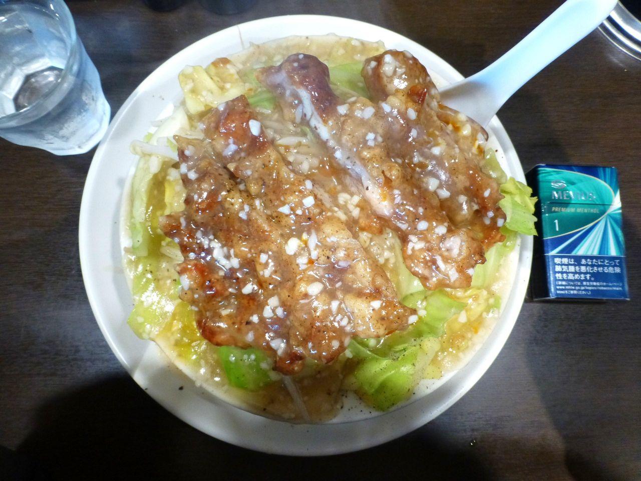鶏唐ニンニク塩ダレ飯は、直径21センチの深皿を使用!