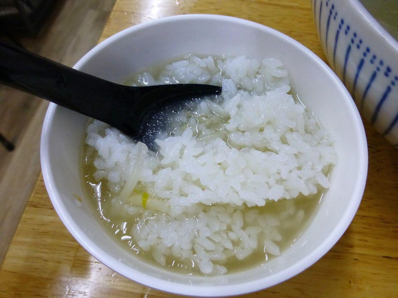 ランチサービスのライスにスープを注げば雑炊に!