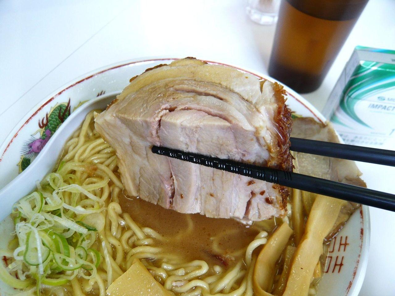 肉増しシックスの肉は、蒲鉾型のブロック状