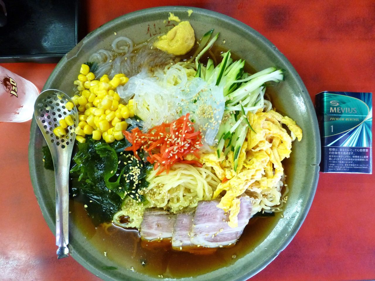 冷し中華大盛は、直径30センチのデカ皿を使用!