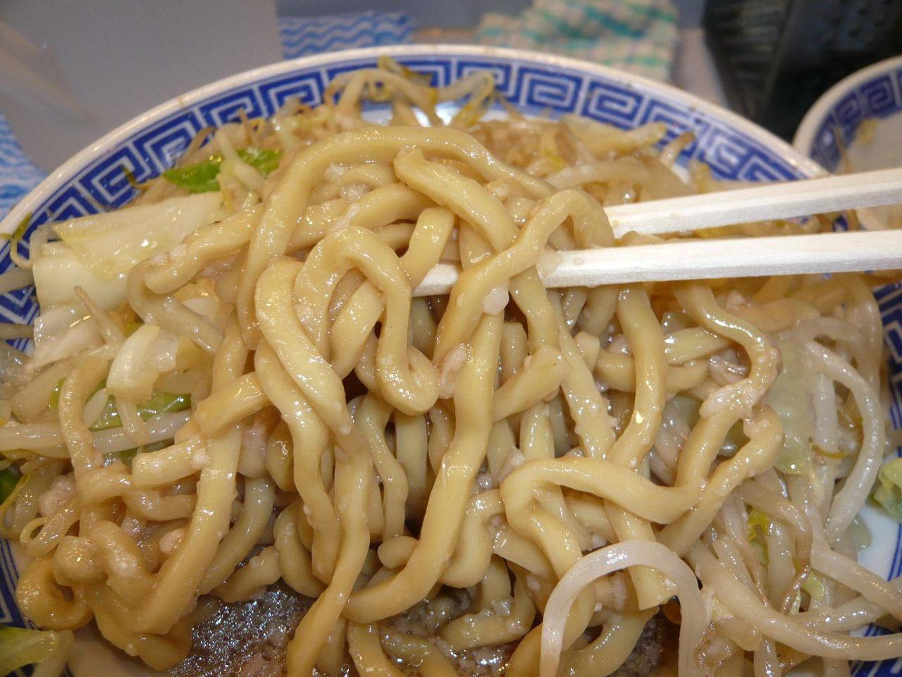 ニンニクを加えたスープと極太麺が旨い!