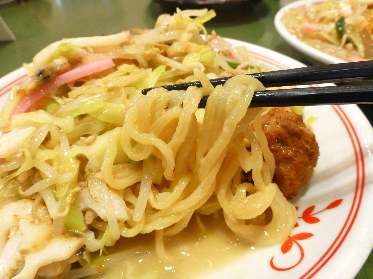 太麺は、スープの旨みを吸収して、モッチリした食感!