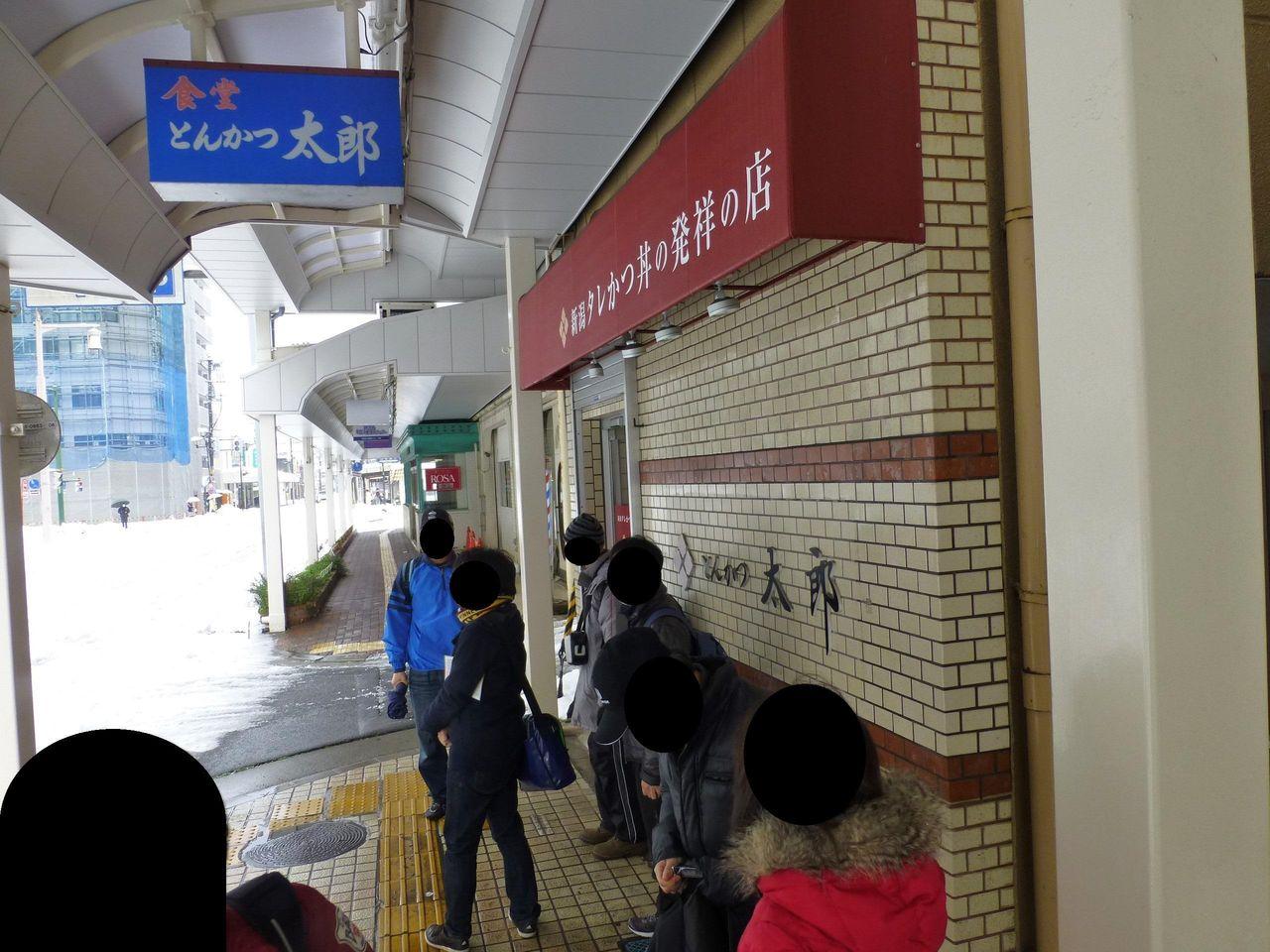 雪が積もる中、開店前から行列しています!