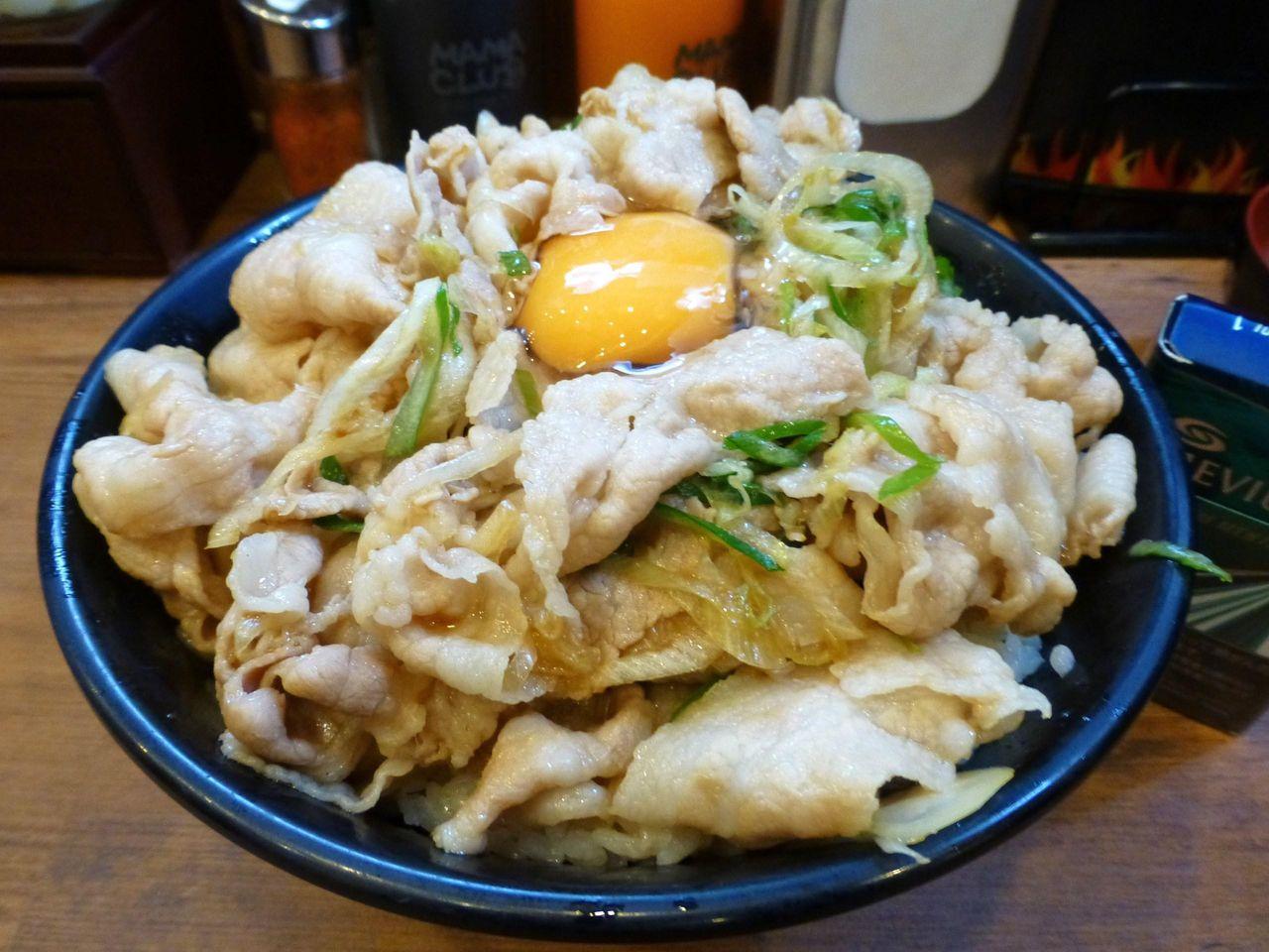 どひゃ〜、すごいボリューム!生姜丼(肉飯増し)880円