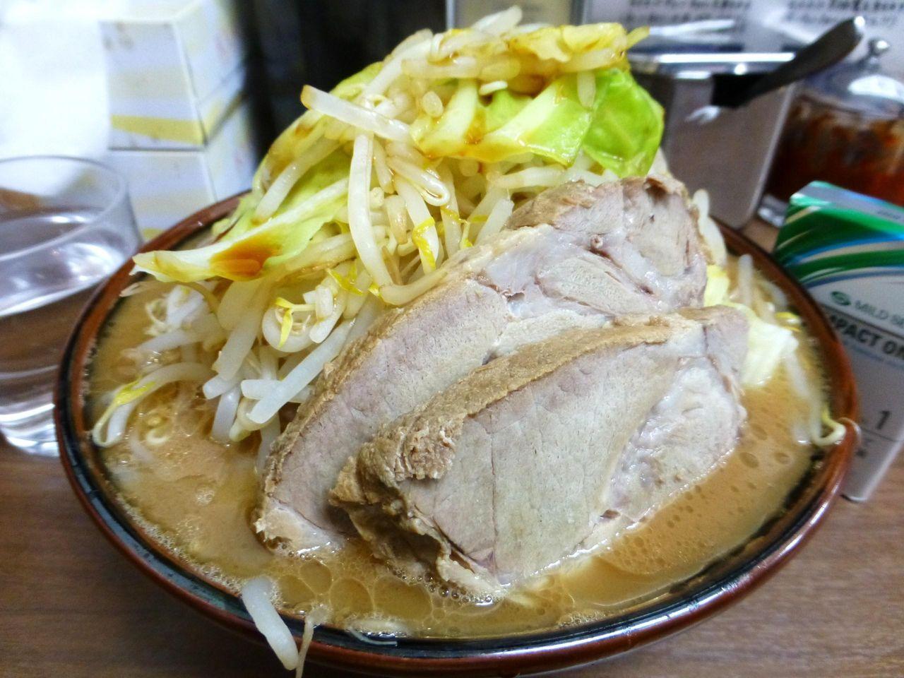 山盛り野菜とぶ厚い豚2枚の豪快な盛り付け!