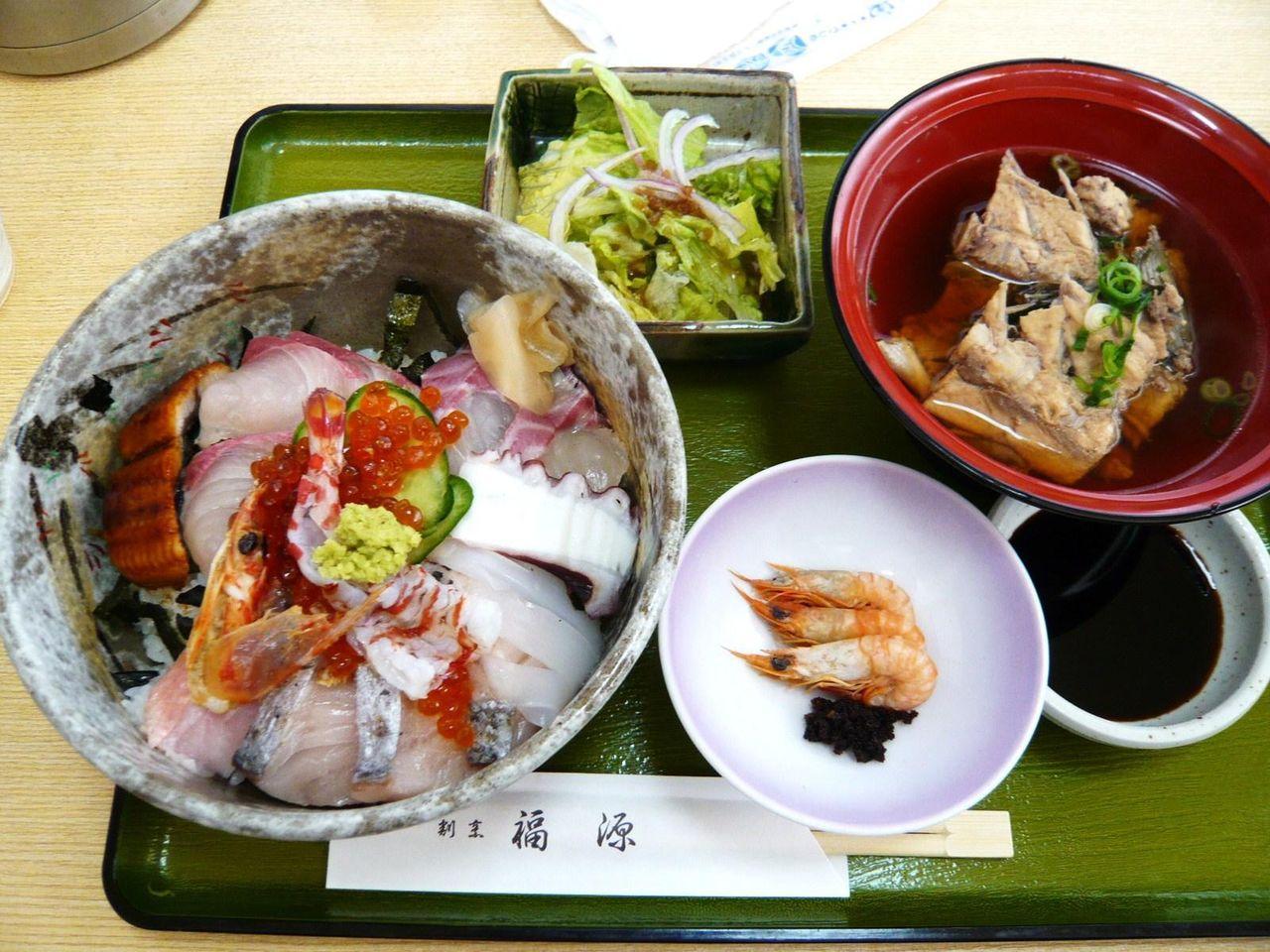 見た目は豪華な、福源の海鮮丼大盛1,400円