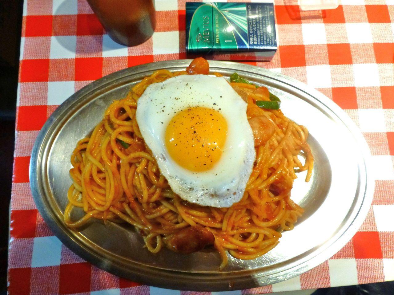ナポリタン・目玉焼き大盛は、直径31センチのデカ皿を使用!