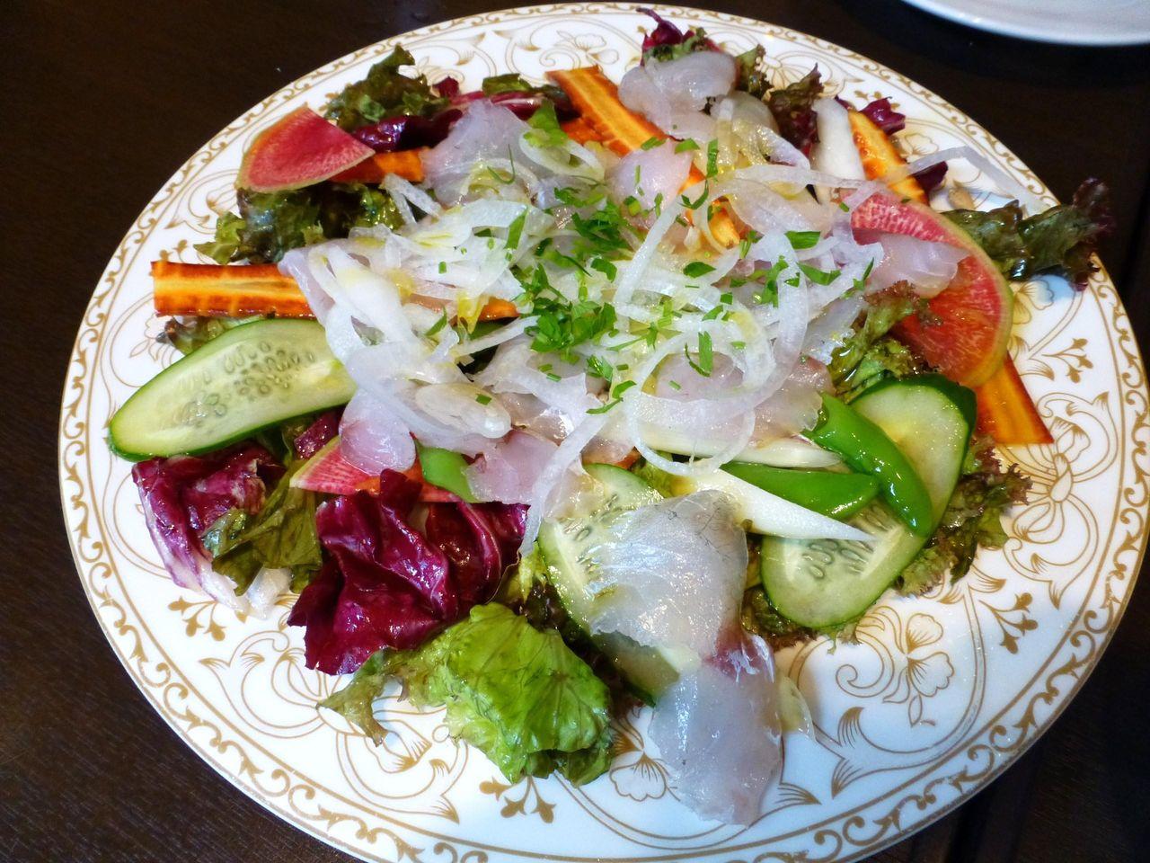 海鮮のカルパッチョは、コチと新鮮な野菜のサラダ!