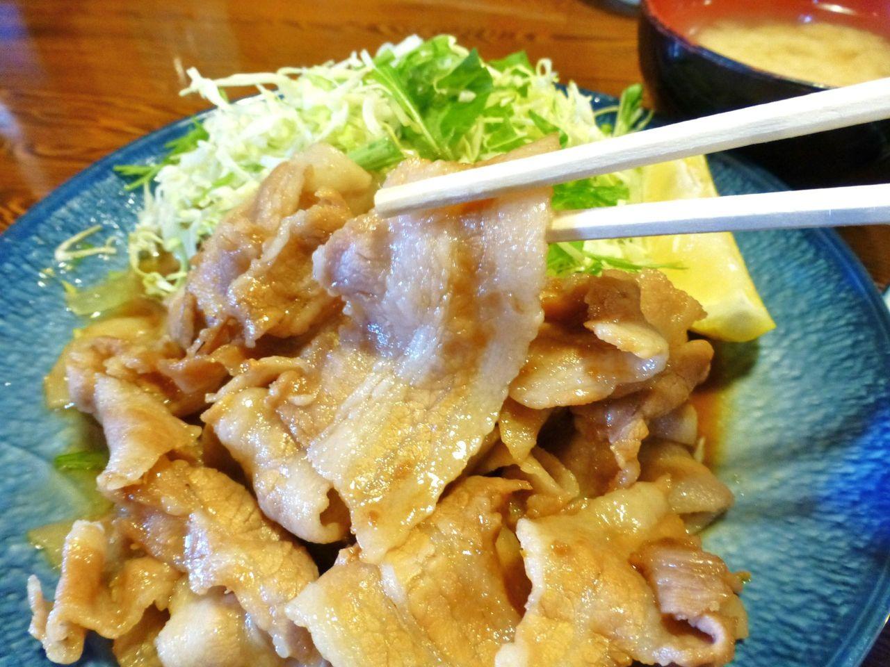豚バラ肉を使用した生姜焼きは、少々濃いめの味付け!