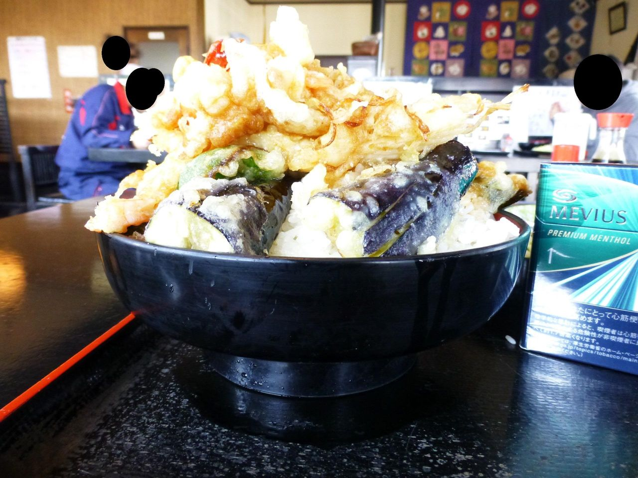 天ぷらを積み重ねて、危険なオーラを放っています!