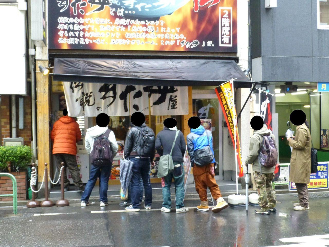 開店直後から若い男性客が次々に来店します!