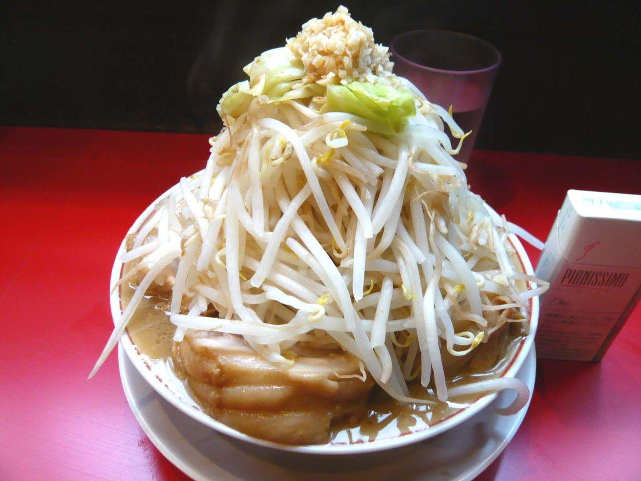 「用心棒」の豚ラーメン(野菜増し増し、ニンニク)830円