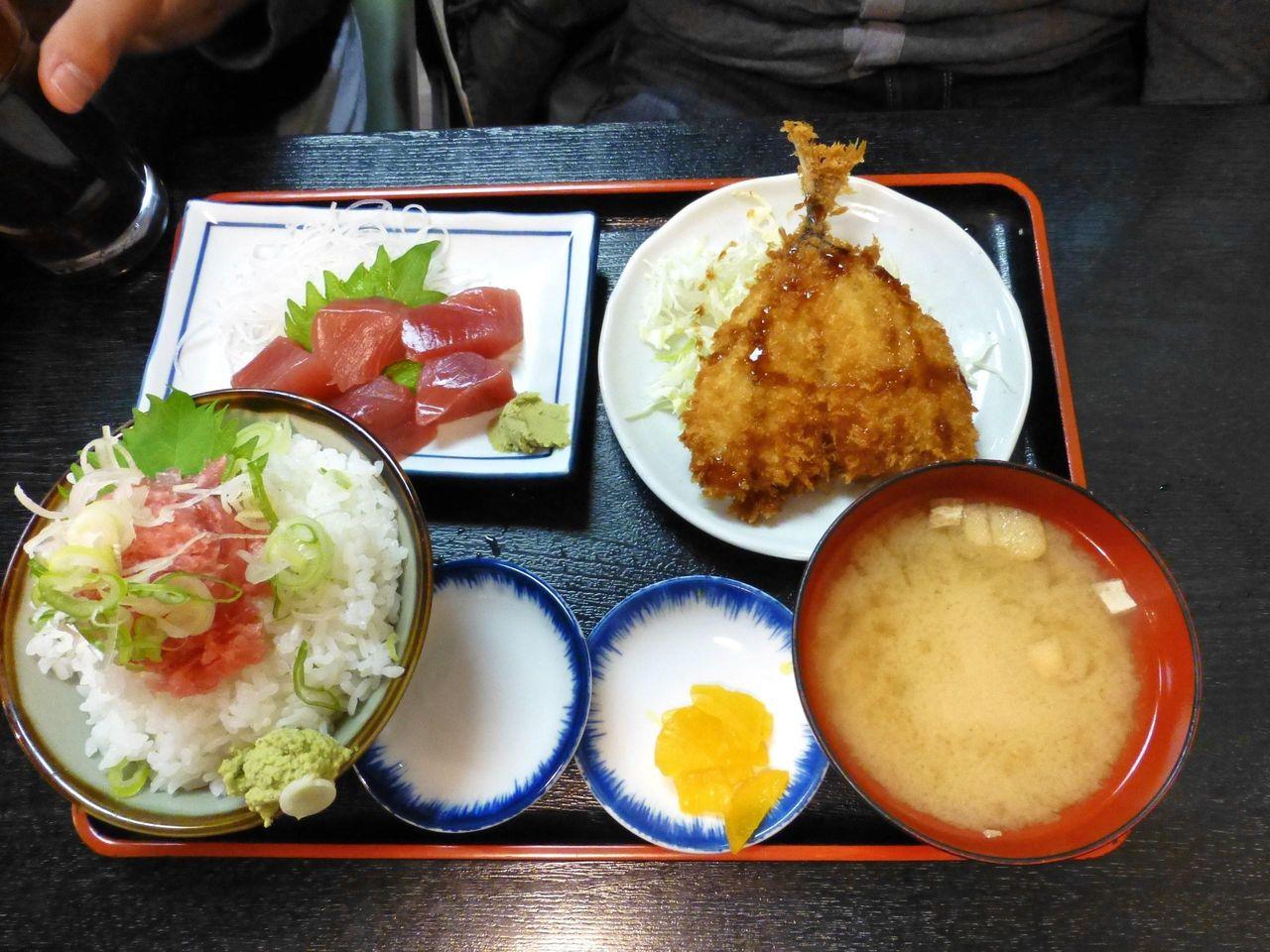 C定食(生マグロぶつ、アジフライ)1,000円