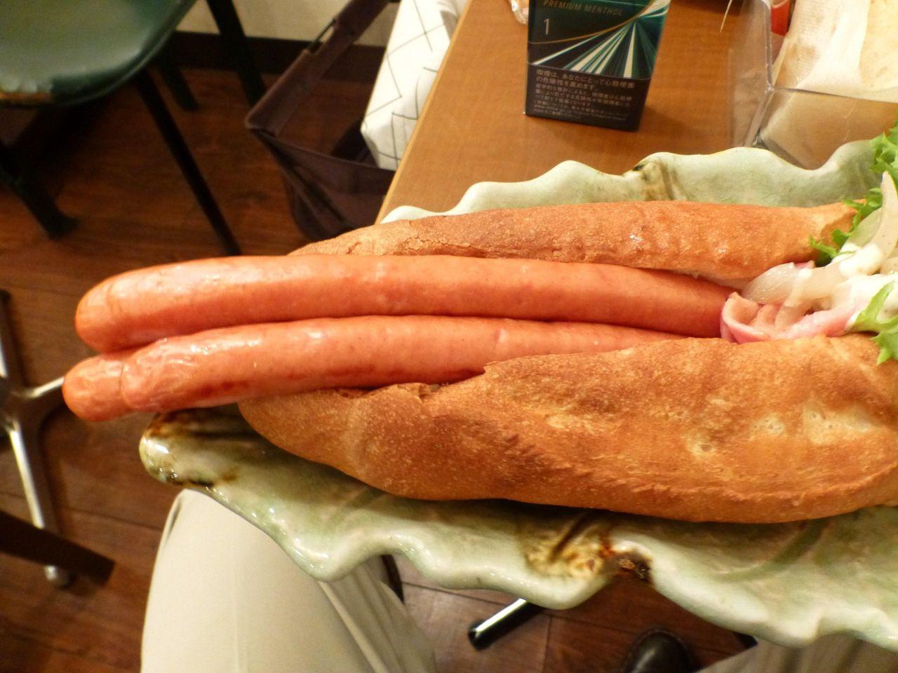 フランスパンにジューシーなウインナーが良く合います!