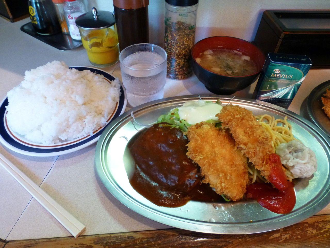 日替り定食(チキンカツ、肉シュウマイ、ハンバーグ)大盛950円