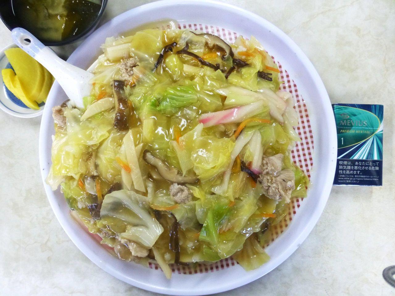 中華丼(大盛)は、直径23センチの深皿を使用!