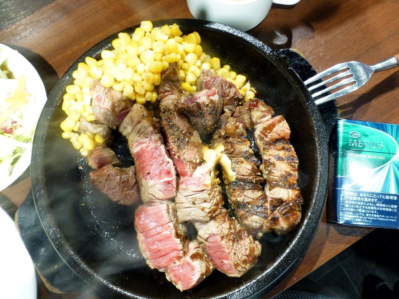 ワイルドステーキは、直径23センチの鉄板を使用!