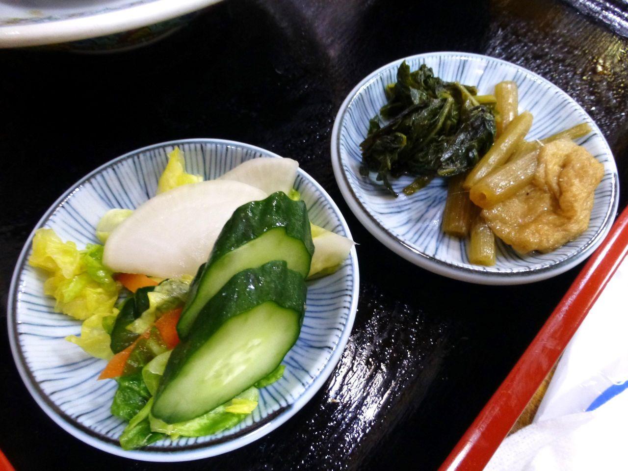 カツ丼には、浅漬けと煮物も付いています!