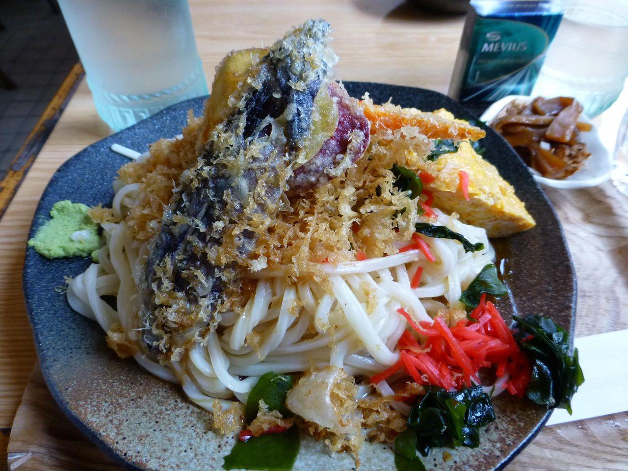 直径27センチのデカ皿に、うどんと天ぷらがテンコ盛り!