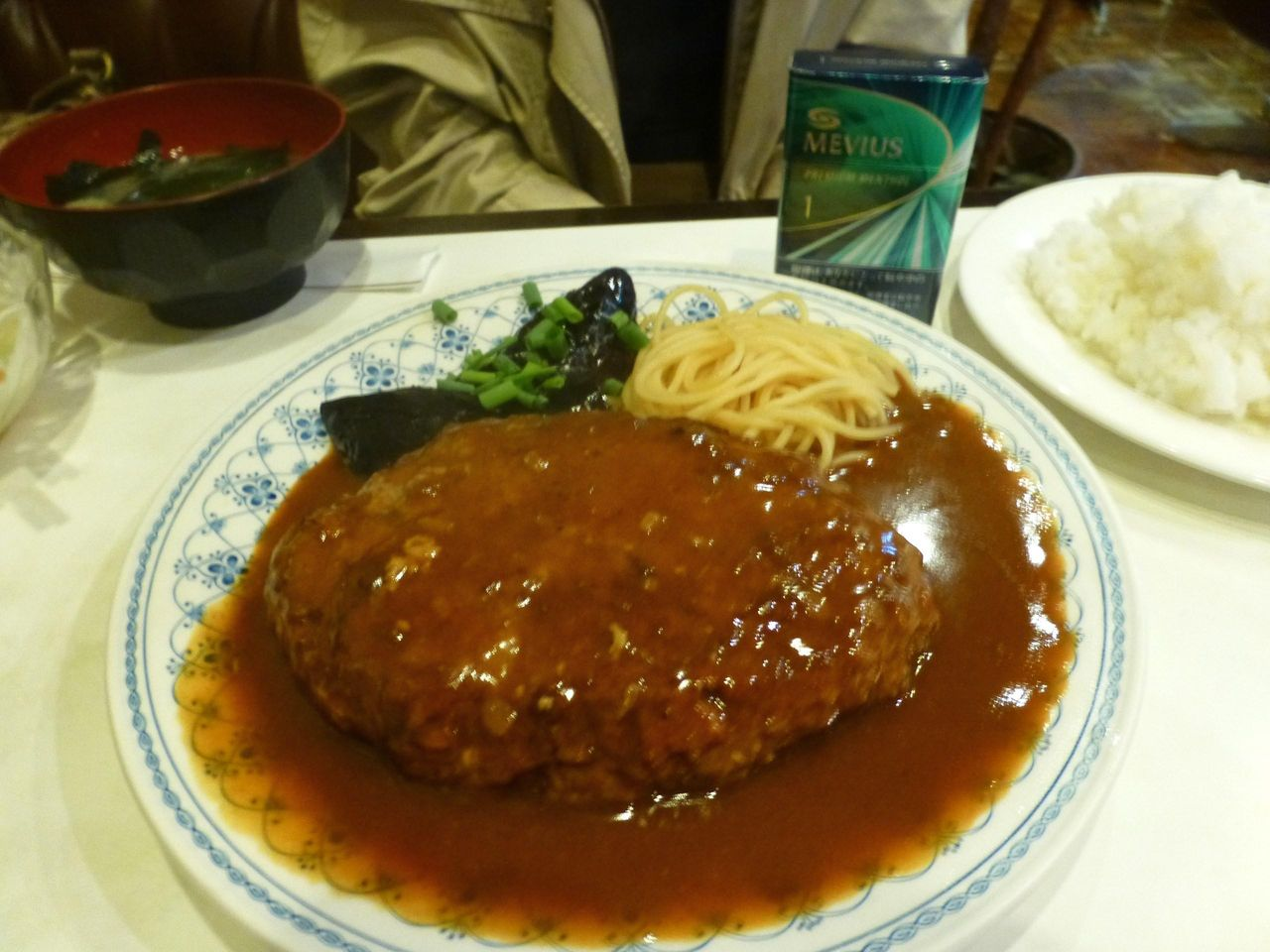 ハンバーグステーキ800円もデカ盛りです!
