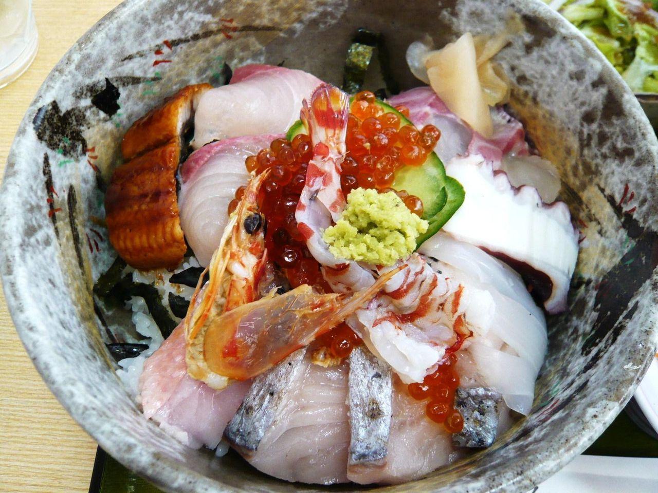 ネタが豊富で旨そうな海鮮丼ですが、なぜかご飯が熱々!