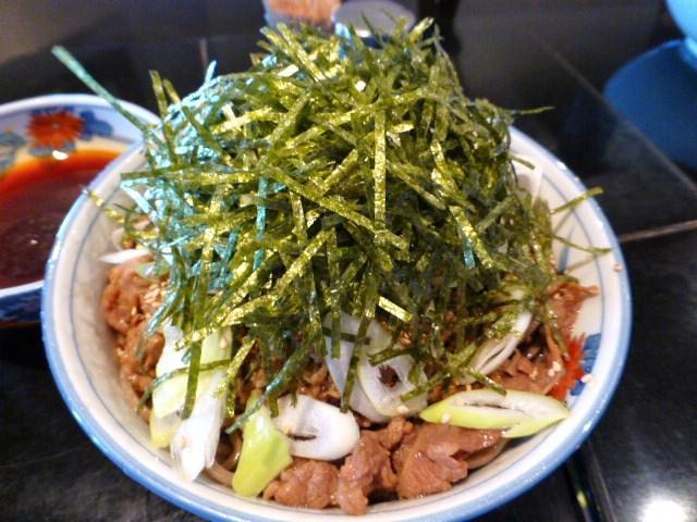 蕎麦の上に、肉、胡麻、ネギ、海苔をトッピング!