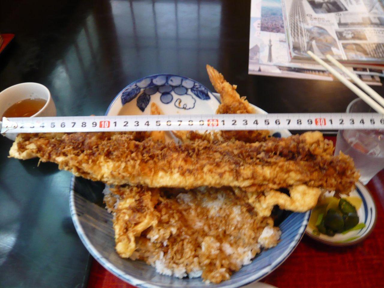 すみだタワー天丼は、直径34センチの超特大穴子天を使用!