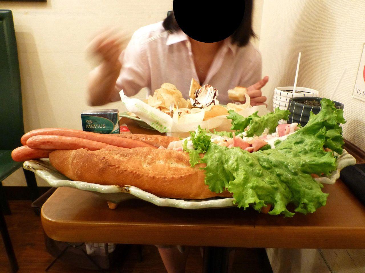 フランスパンを丸ごと1本使用して、ものすごい迫力です!