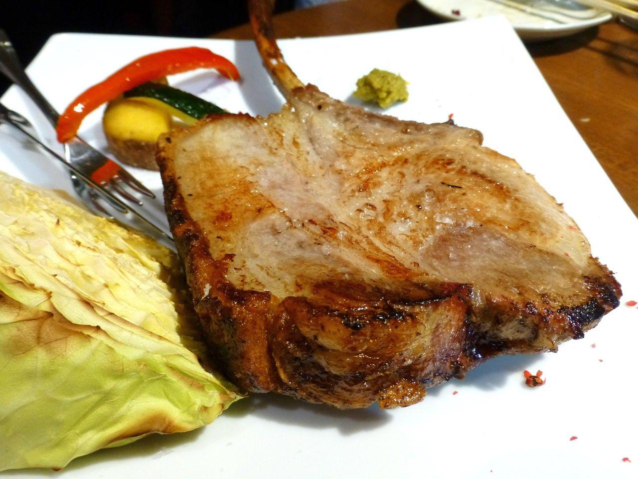 ぶ厚い骨付き肉を使用!