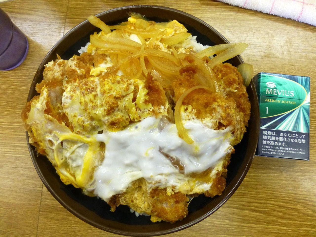 Wカツ丼(大盛)は、直径18センチの丼を使用!