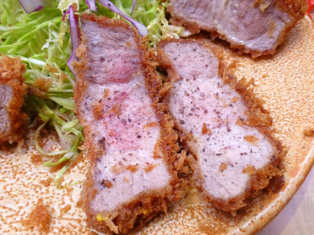 ヒマラヤ岩塩を振り掛けると、肉の旨さを味わえます!