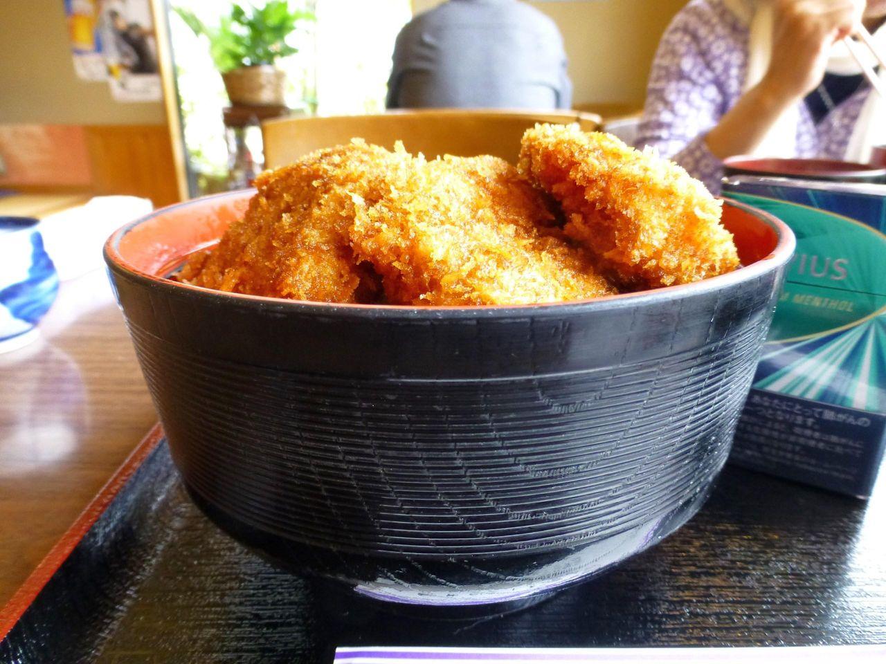 ソースカツ丼(上ヒレ)大盛は、深い大容量の丼を使用!