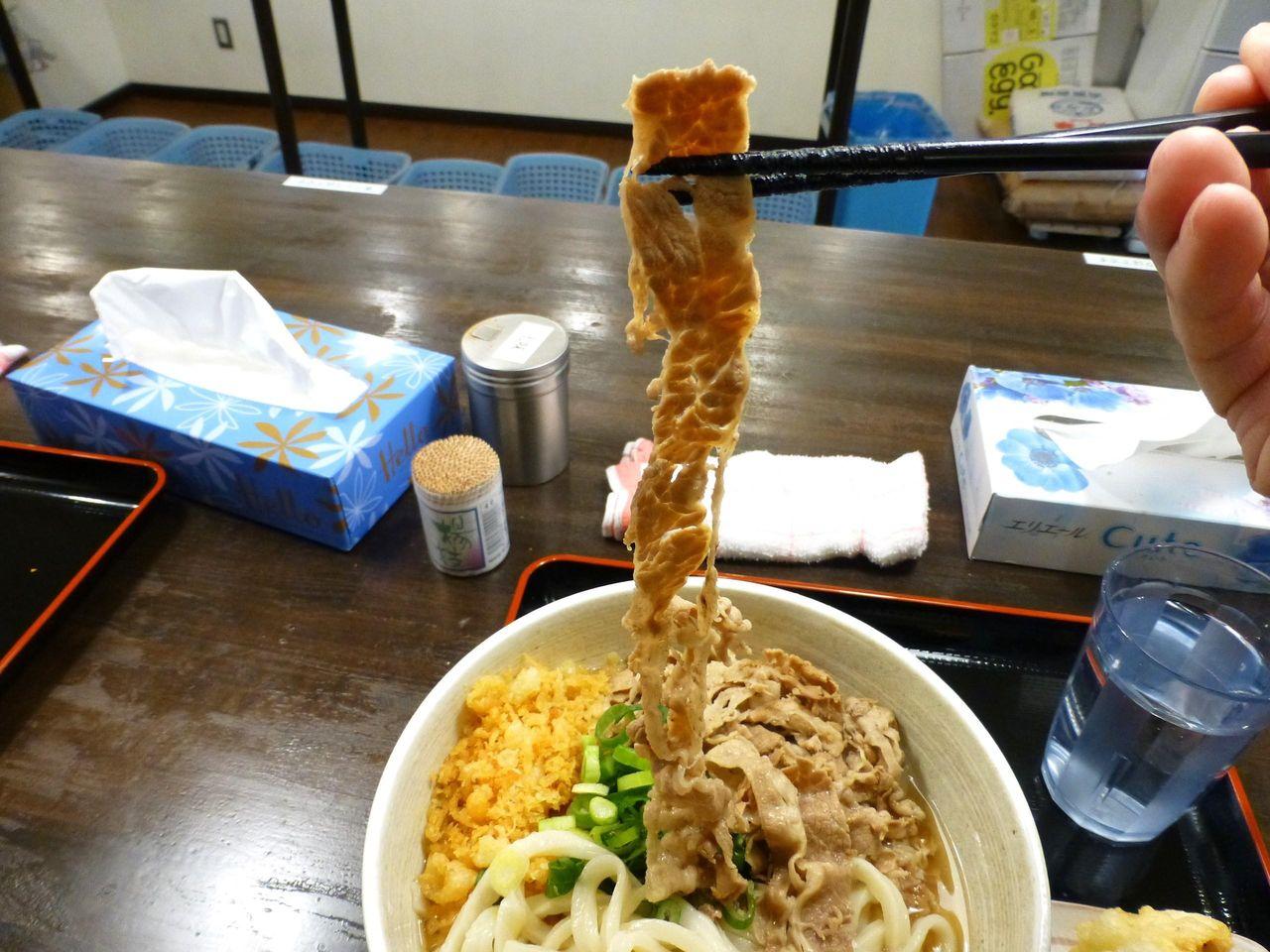 薄味をつけた豚バラ肉は、長さ40センチ!