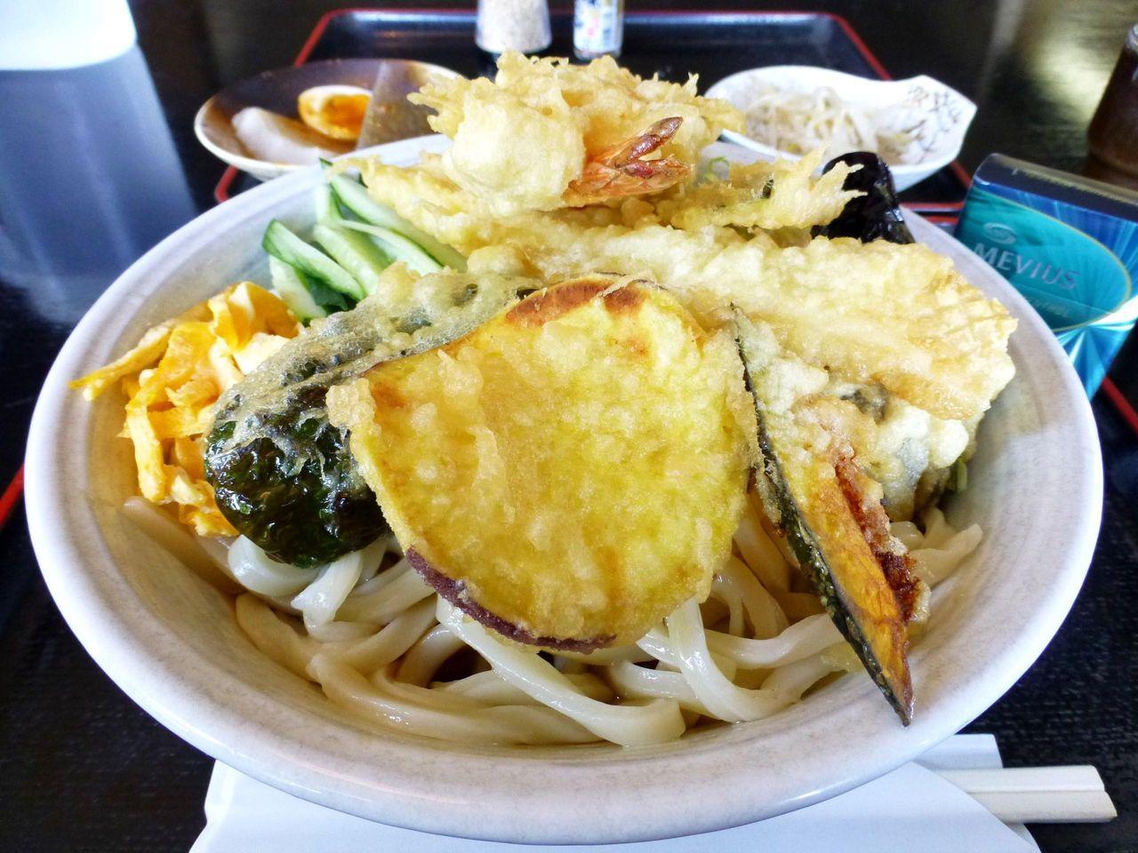 天ぷらが山盛りで、凄いことになってます!