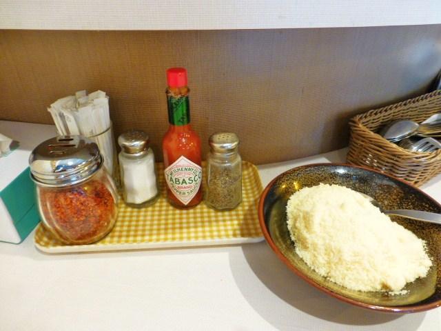 粉チーズ、タバスコ、唐辛子が標準装備