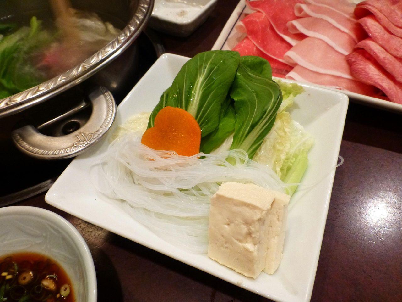野菜、春雨、豆腐も付いています!
