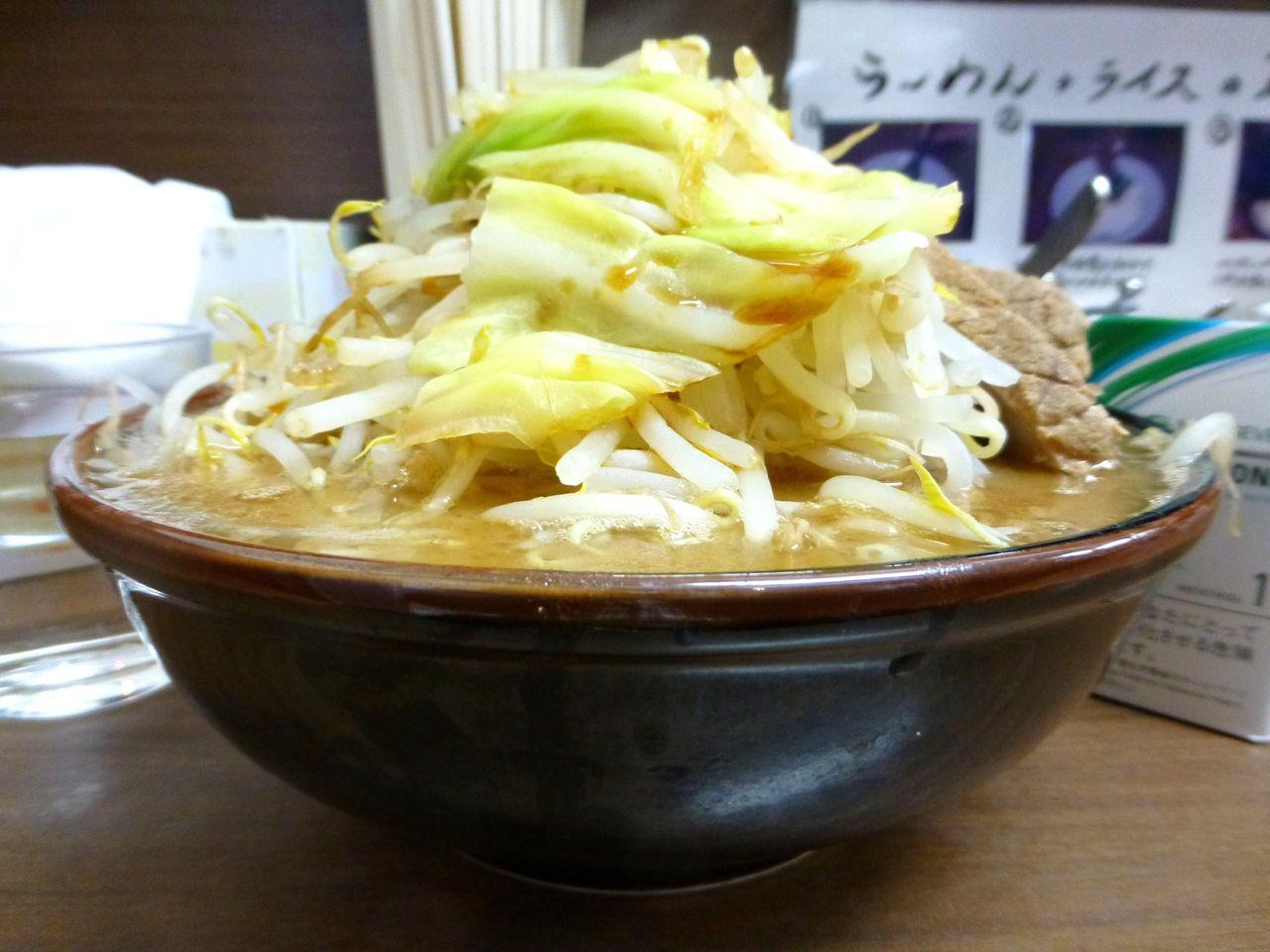 横浜家系「侍」の侍王720円(野菜マシマシ、ニンニク)
